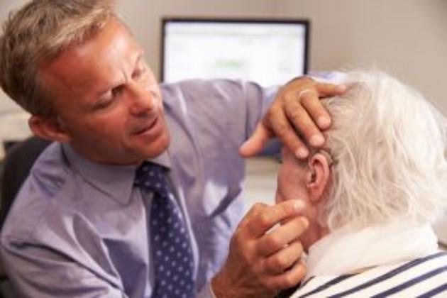 Pogorszenie słuchu u seniora to kolejne problemy